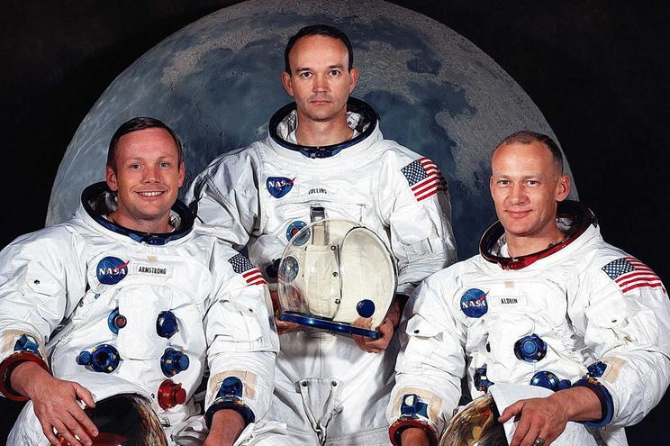 Collins, ao meio,  ficou a orbitar a Lua enquanto os companheiros caminharam no solo lunar