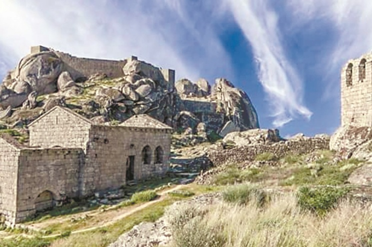 Apesar das dificuldades técnicas e logísticas levantadas pelo facto de o castelo medieval ser de difícil