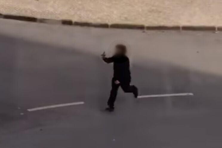 Nas imagens, pode-se ver um homem a disparar na direção de um rival e colocar-se de imediato em fuga