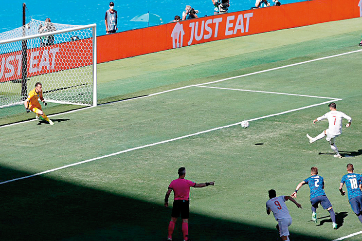 No jogo entre a Espanha e Eslováquia deu para ver a irregularidade da relva