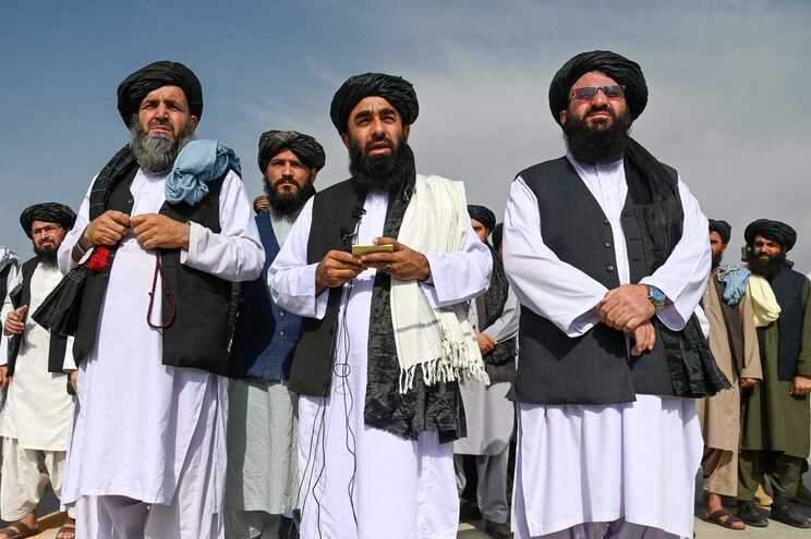 Os líderes do movimento extremista islâmico caminharam simbolicamente através da pista do aeroporto,