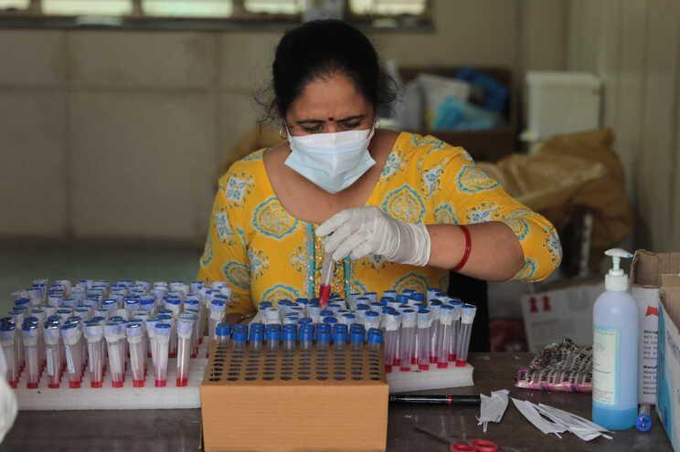 Índia registou um novo recorde diário de casos - mais de 217 mil