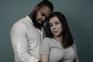 Andreia Lima, ostomizada há quatro anos após uma colite ulserosa, fotografada com o namorado
