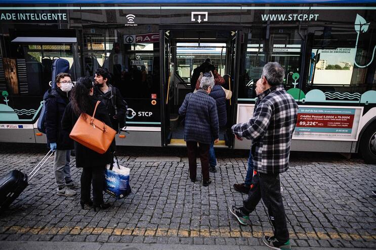 Entrada nos autocarros voltará a ser feita pela porta da frente