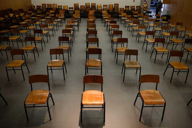 A partir de segunda-feira, as escolas públicas podem começar a abrir portas para voltar a receber os