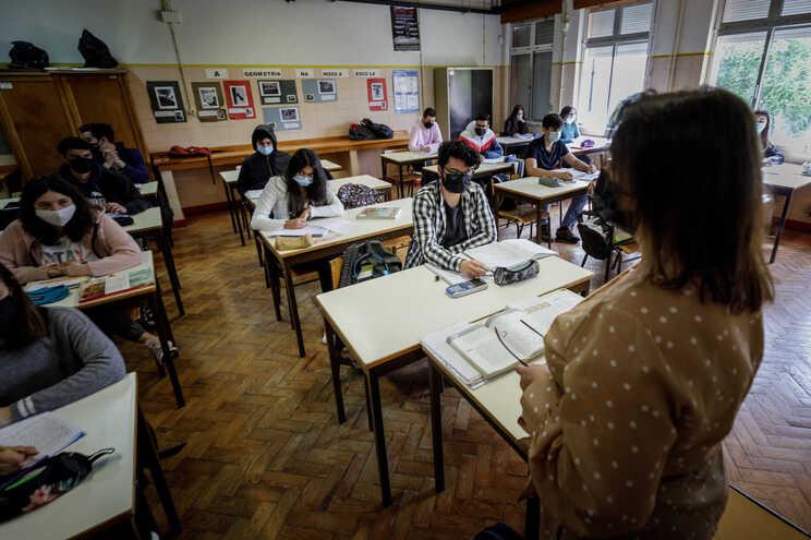 Fenprof e diretores garantem que a falta de professores é uma bomba relógio
