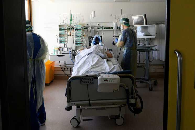 Num dia, os cuidados intensivos receberam 528 novos pacientes com covid-19