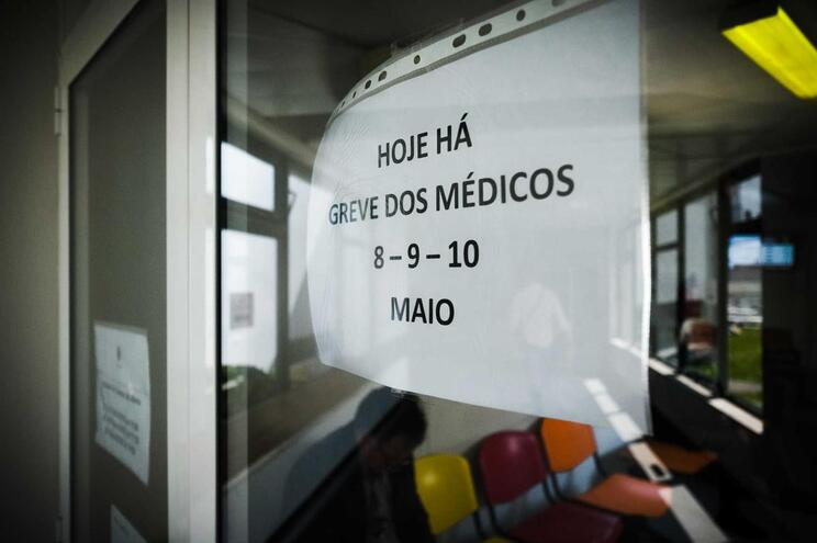 Médicos cumprem segundo de três dias de greve
