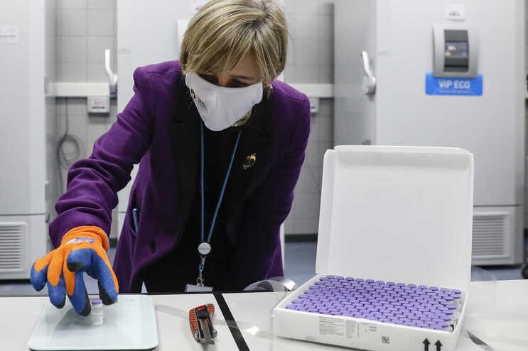 Ministra da Saúde com uma das primeiras doses da vacina da Pfizer que chegaram a Portugal