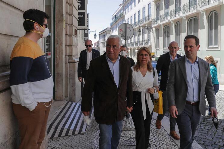 Fernando Medina acompanhou o primeiro-ministro numa visita pelo comércio do Chiado
