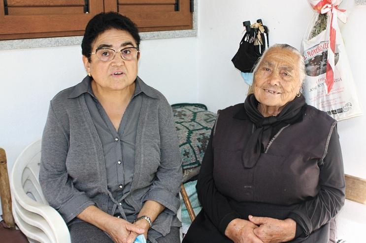 Deolinda do Campo (à direita) troca palavras de riodonorês com a vizinha Maria Luísa (esquerda)