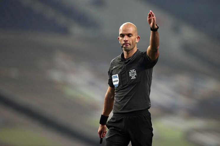 O árbitro Luís Godinho no centro das críticas do F. C. Porto