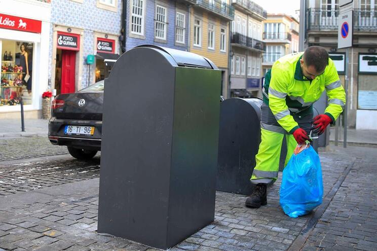 Agentes de sensibilização da empresa municipal alertam para coimas a partir de janeiro