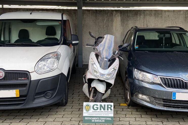 A GNR conseguiu recuperar cinco veículos que o indivíduo furtou e usou para cometer os furtos e roubos