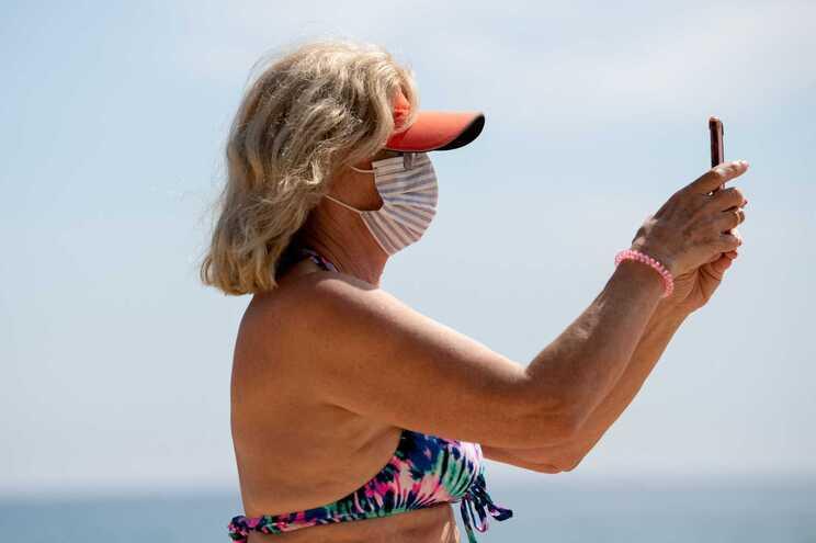 A utilização de máscara no exterior em Espanha é obrigatória para os maiores de seis anos