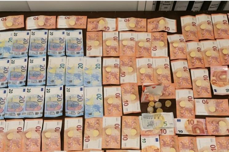 PSP apreendeu uma mesa, o baralho de cartas e mais de mil euros em dinheiro