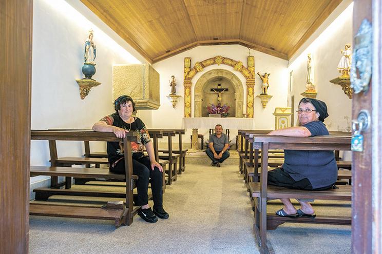 Maria Fidalgo, Joaquim Fernandes e Rosa Capela na igreja que nos fogos de há dois anos os salvou