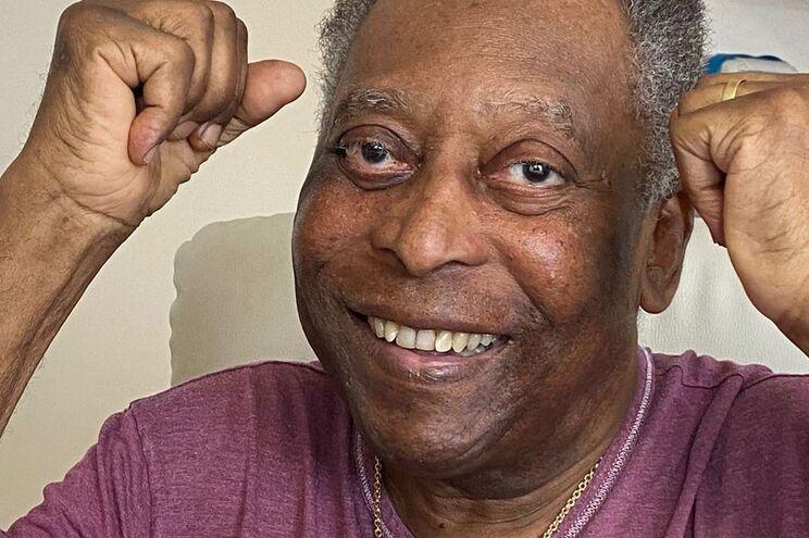 O ex-futebolista brasileiro Pelé, de 80 anos, recebeu esta terça-feira alta