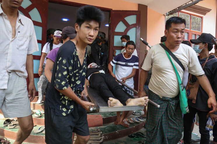 Corpo de jovem de 18 anos a ser carregado por manifestantes