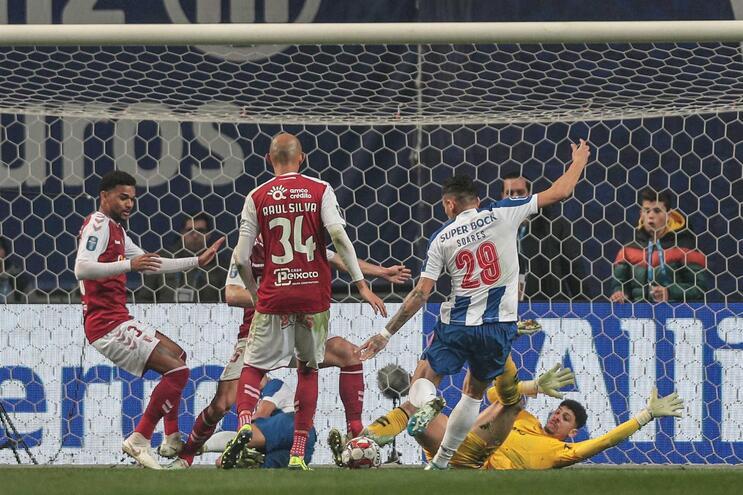 Bolas nos ferros e nulo a prevalecer ao intervalo do Braga - F. C. Porto