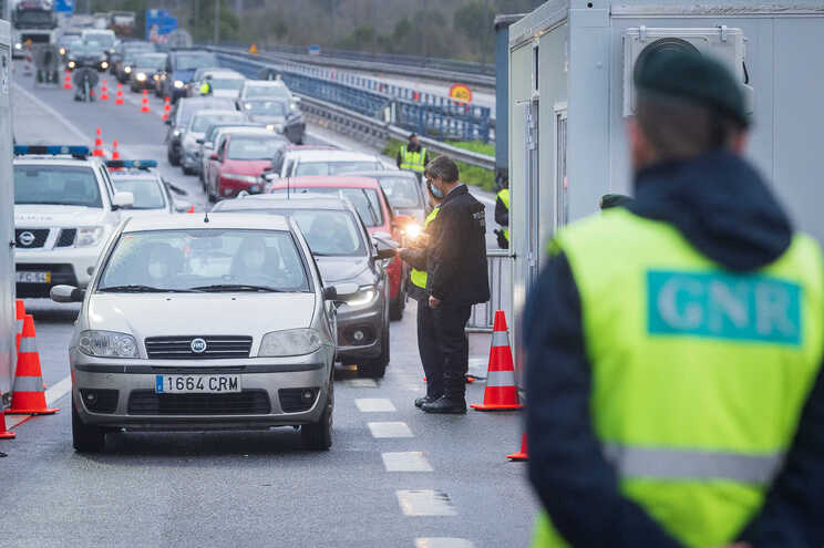Foram controladas 4020 pessoas, das quais 99 foram impedidas de circular pelos pontos de passagem autorizados