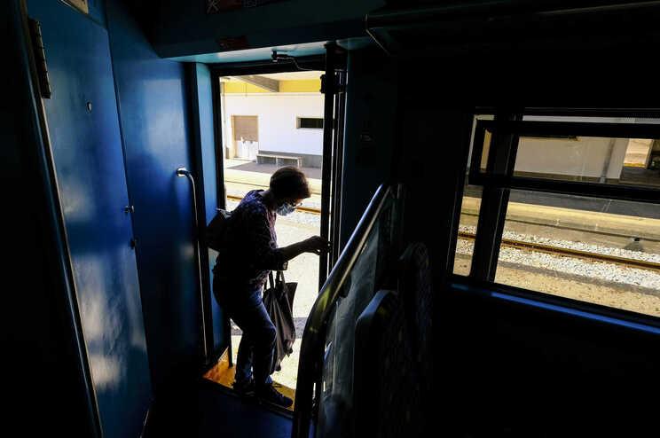 Greve suspendeu quase dois terços dos comboios programados até ao meio-dia