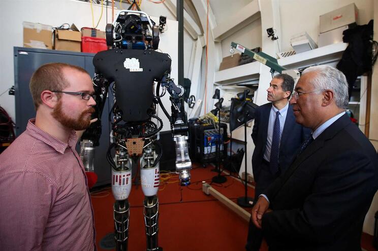 Primeiro-ministro, António Costa, e o Ministro da Ciência e Tecnologia, Manuel Heitor, ouvem explicações