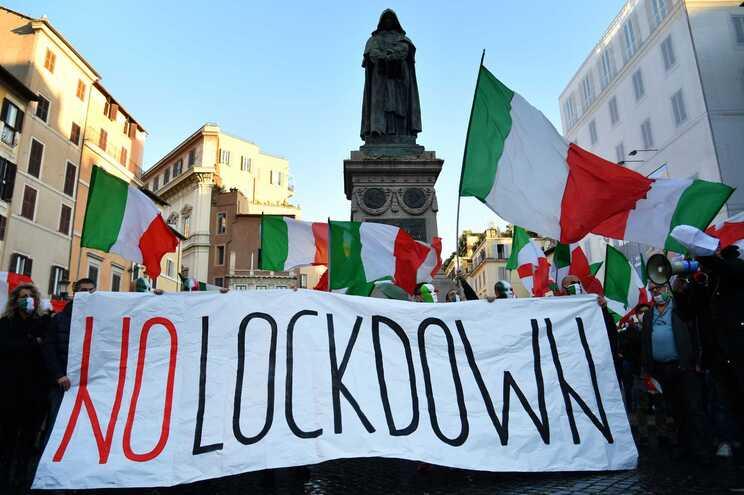 Protestos em Roma contra um novo confinamento