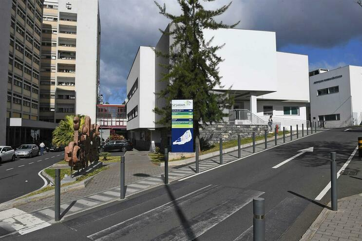 Paciente proveniente de Milão foi encaminhada para o Hospital Nélio Mendonça, no Funchal