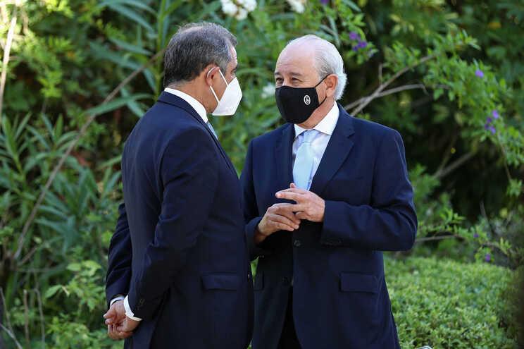 O presidente do PSD, Rui Rio (D), conversa com o presidente do Governo Regional dos Açores, José Manuel