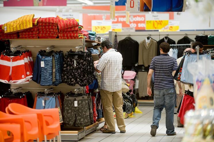 Governo vai impedir a venda de roupa e livros nos hipermercados