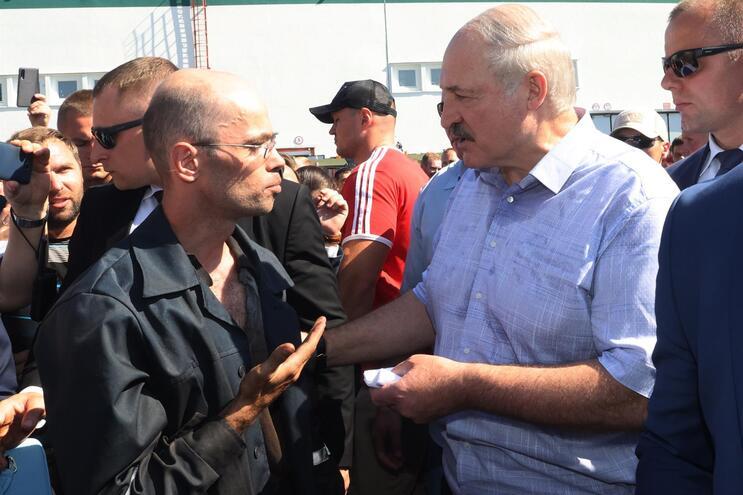Alexandr Lukashenko fala com trabalhador de uma fábrica em Minsk