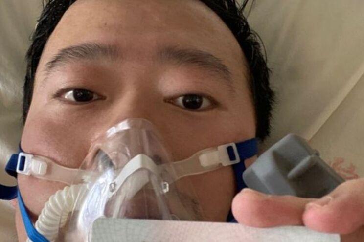 Médico Li Wenliang divulgou uma selfie na cama do hospital. China diz que não há profissionais de saúde