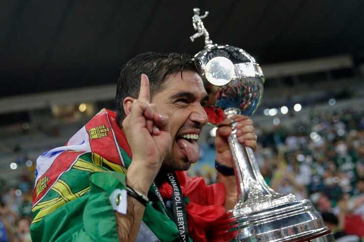 O treinador Abel Ferreira com a Taça Libertadores que conquistou com o Palmeiras