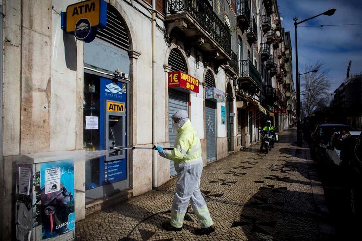 Vários municípios decidiram desinfetar as ruas