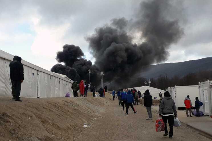 Um incêndio deflagrou,, esta quarta-feira, no campo temporário de Lipa, na Bósnia