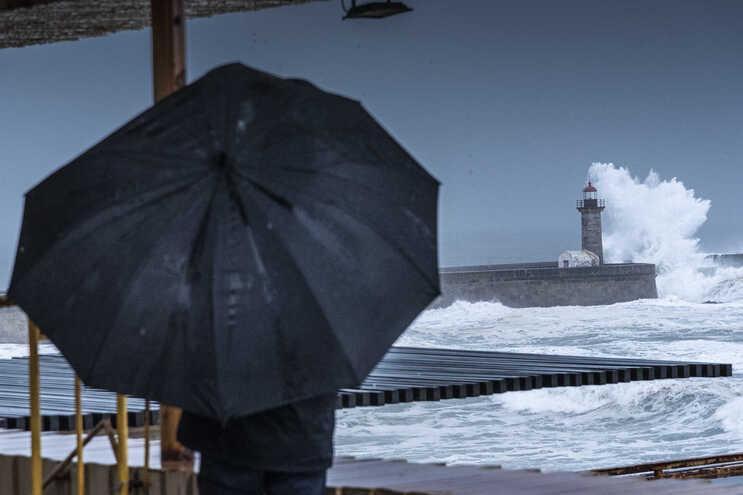 A Marinha e a Autoridade Marítima Nacional alertam que a ondulação do mar pode atingir os nove metros