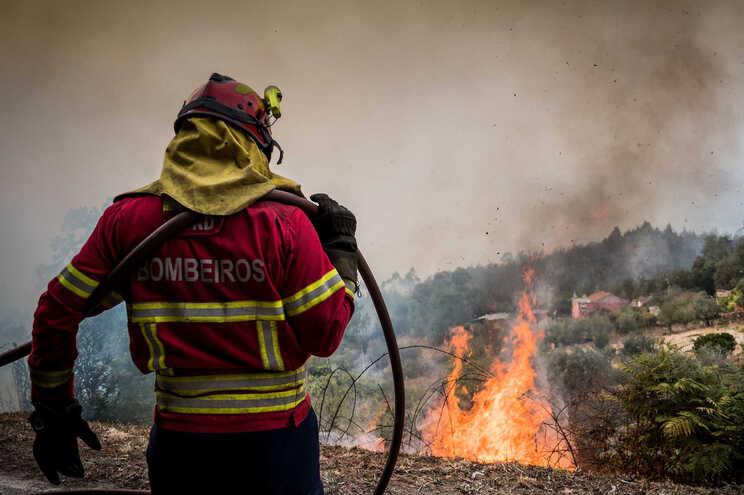 Às 19 horas, o incêndio era combatido por 112 bombeiros