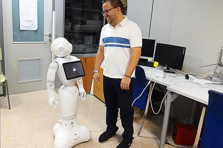 """Ângelo Costa junto ao robô """"Pharos"""", que promete ajudar os idosos a manter uma vida ativa e, ao mesmo"""