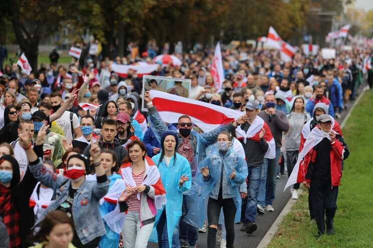 Milhares de pessoas na rua contra eleição de Lukashenko