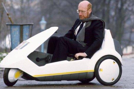 Clive Sinclair no seu triciclo eléctrico C5
