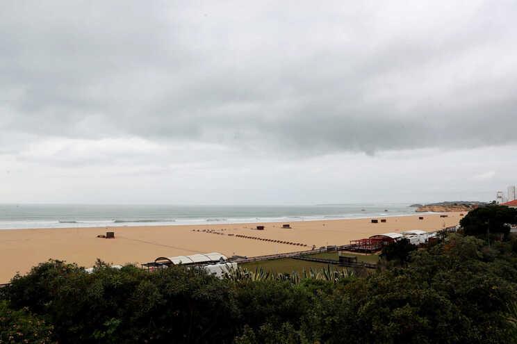 Turistas ingleses regressam a Portugal a partir de maio, anuncia secretária de Estado
