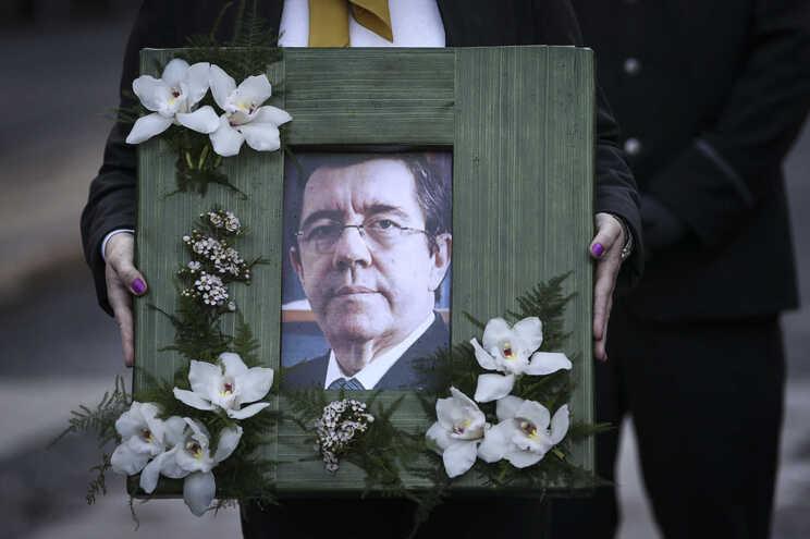 Dezenas de pessoas na Basílica da Estrela para o último adeus a Jorge Coelho