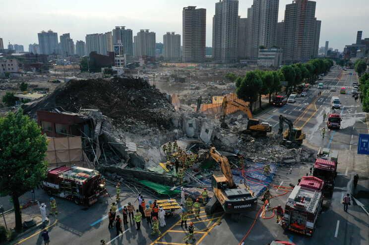 Pedaços de cimento do edifício que ruiu atingiram o autocarro, que transportava 17 pessoas