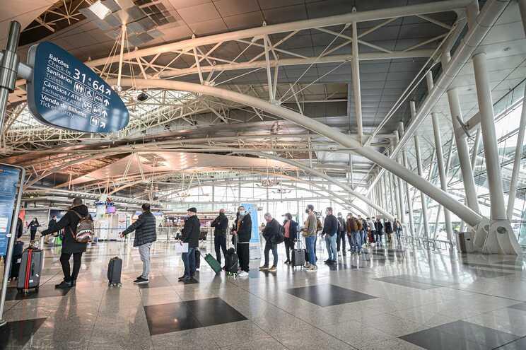 Governo pondera criar certificado médico para permitir viagens
