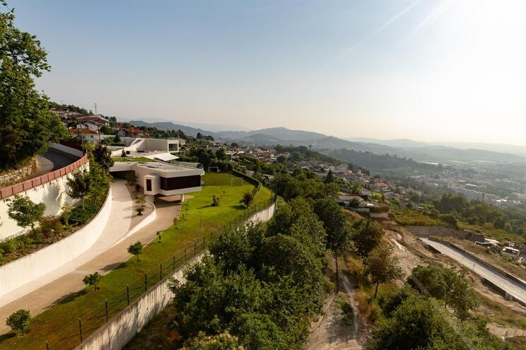 Em Guimarães, na encosta da Penha, a casa do antigo jogador Fernando Meira está à venda por mais de três