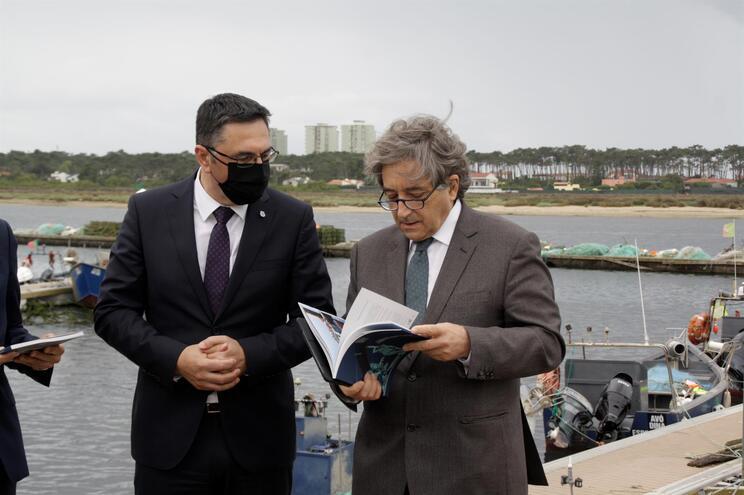 O presidente da Câmara de Esposende, Benjamim Pereira, acompanhado pelo Ministro do Mar, Ricardo Serrão