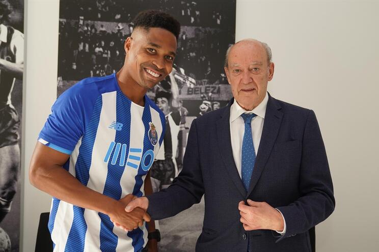 Defesa brasileiro Wendell com o presidente do F. C. Porto, Jorge Nuno Pinto da Costa
