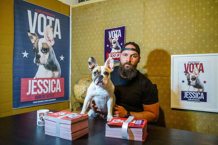 A cadela Jéssica com o humorista Hugo Soares, seu mandatário