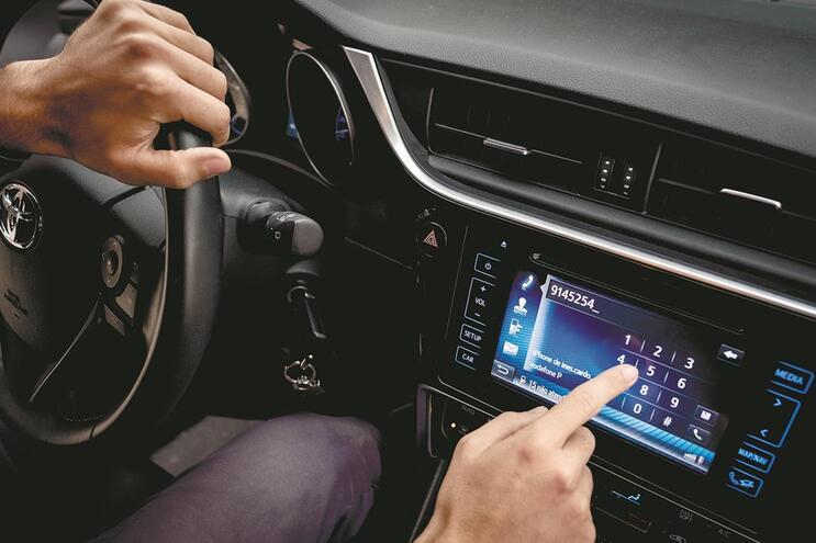 Telemóveis ao volante dão 115 multas por dia
